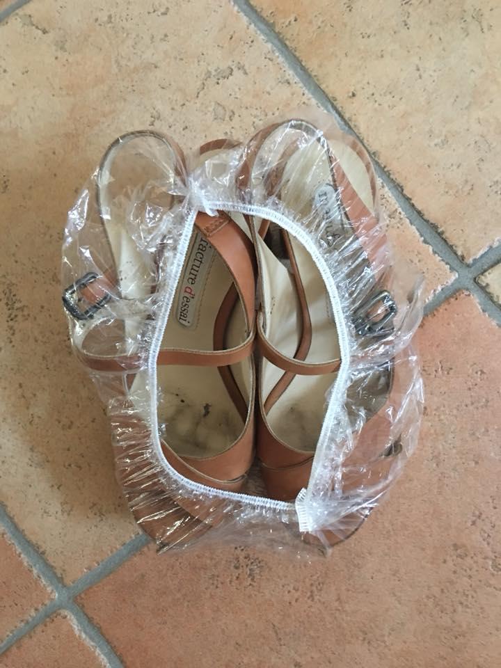 Un idea pratica e low cost per riporre le scarpe in valigia è inserirle in una cuffia da bagno usa e getta.