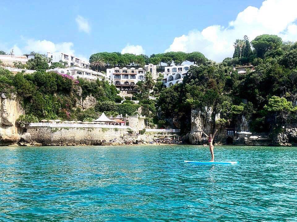 Ospiti del SUP Club del Grand Hotel Le rocce di Gaeta le blogger di Gaetavventura hanno provato a pagaiare nella splendida baia di San Vito
