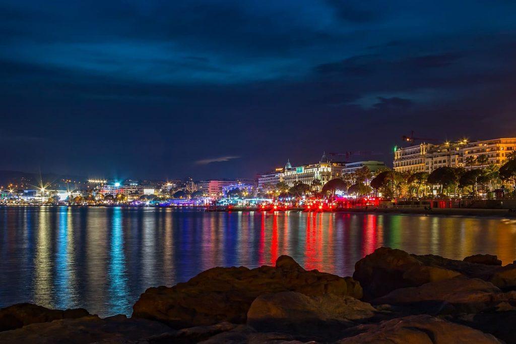 Non solo spiagge ma anche movida! A Cannes Si vive sia di giorno che di notte, complici i tantissimi locali sparsi sul lungomare o nel centro storico, dove fare un aperitivo o scatenarsi a ballare.