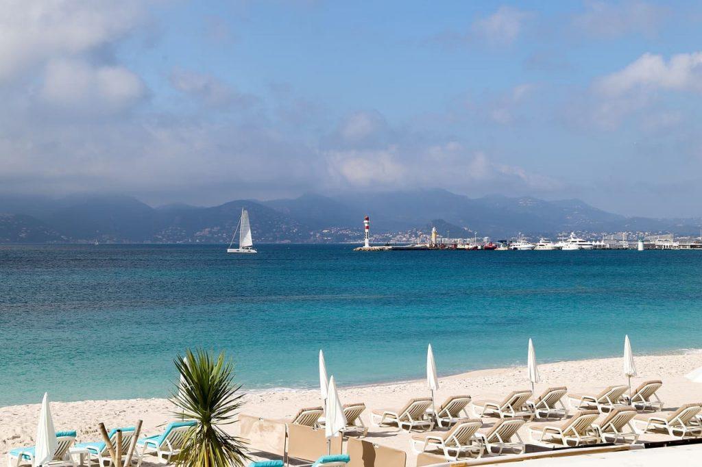 Famosa sia per le sue spiagge che per i lussuosi hotel che ospitano ogni anno star del cinema, Cannes è divenuta col tempo la località più chic e lussuosa della Francia.