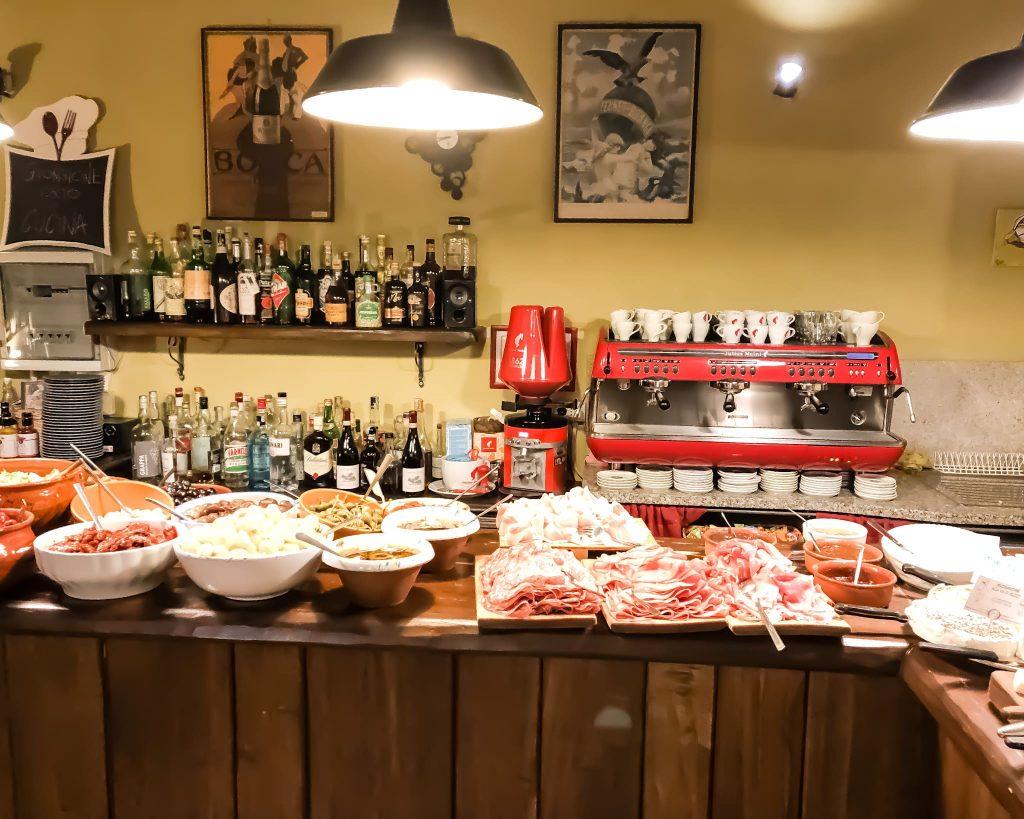 I deliziosi e abbondanti antipasti alla Via di mezzo sono in bellavista su un caratteristico buffet, e sono una prelibatezza.