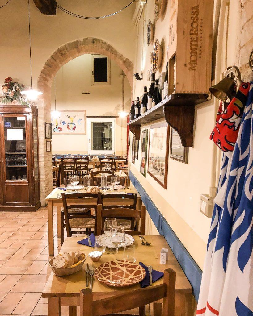 Alla Via di mezzo, il famoso ristorante di Giorgio Barchiesi, ci Si sente subito a casa.
