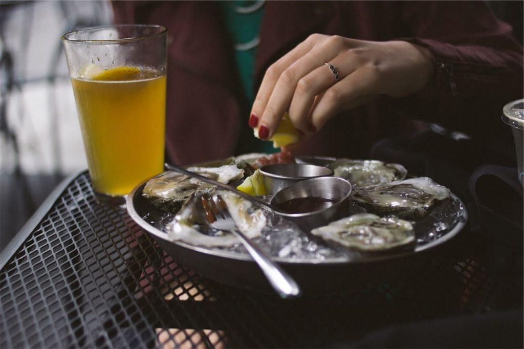Degustare le ostriche appena raccolte è un'esperienza gustativa davvero straordinaria. C'è tutto il sapore dell'oceano al loro interno, e il profumo che emanano è davvero estasiante.