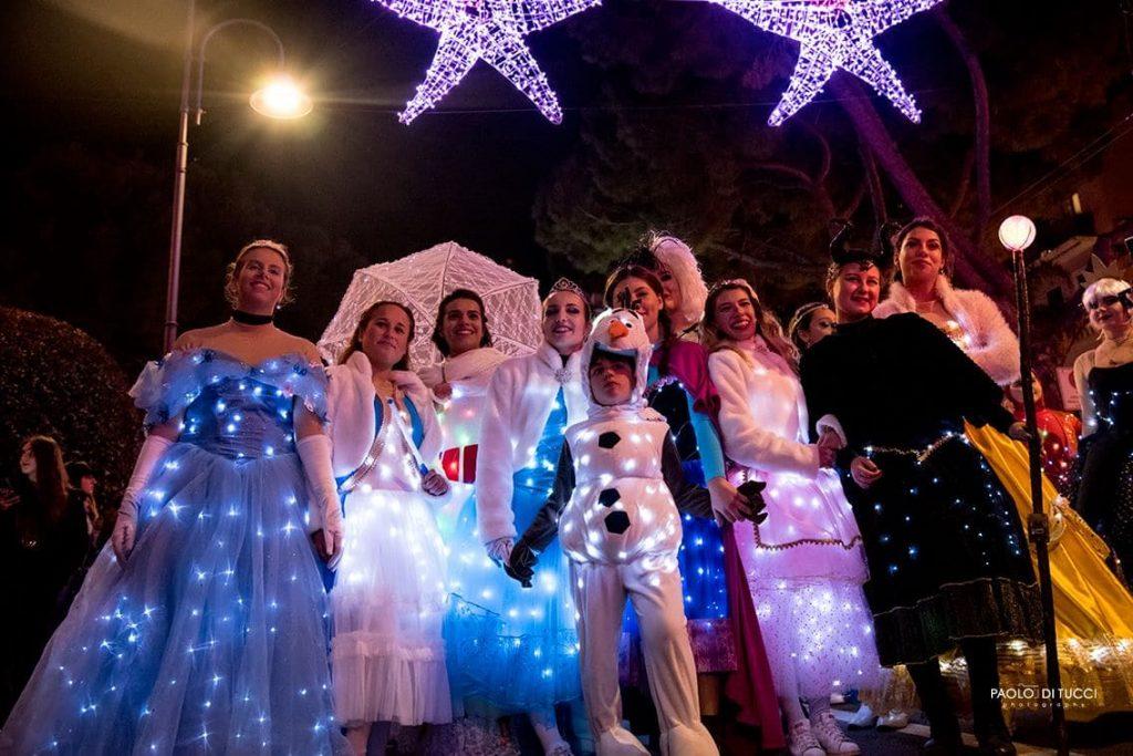 Quest'anno non ci saranno spettacoli o eventi in programma per Favole di Luce. le luminarie di Gaeta. ma rimarranno accese le installazioni luminose, simbolo di speranza.