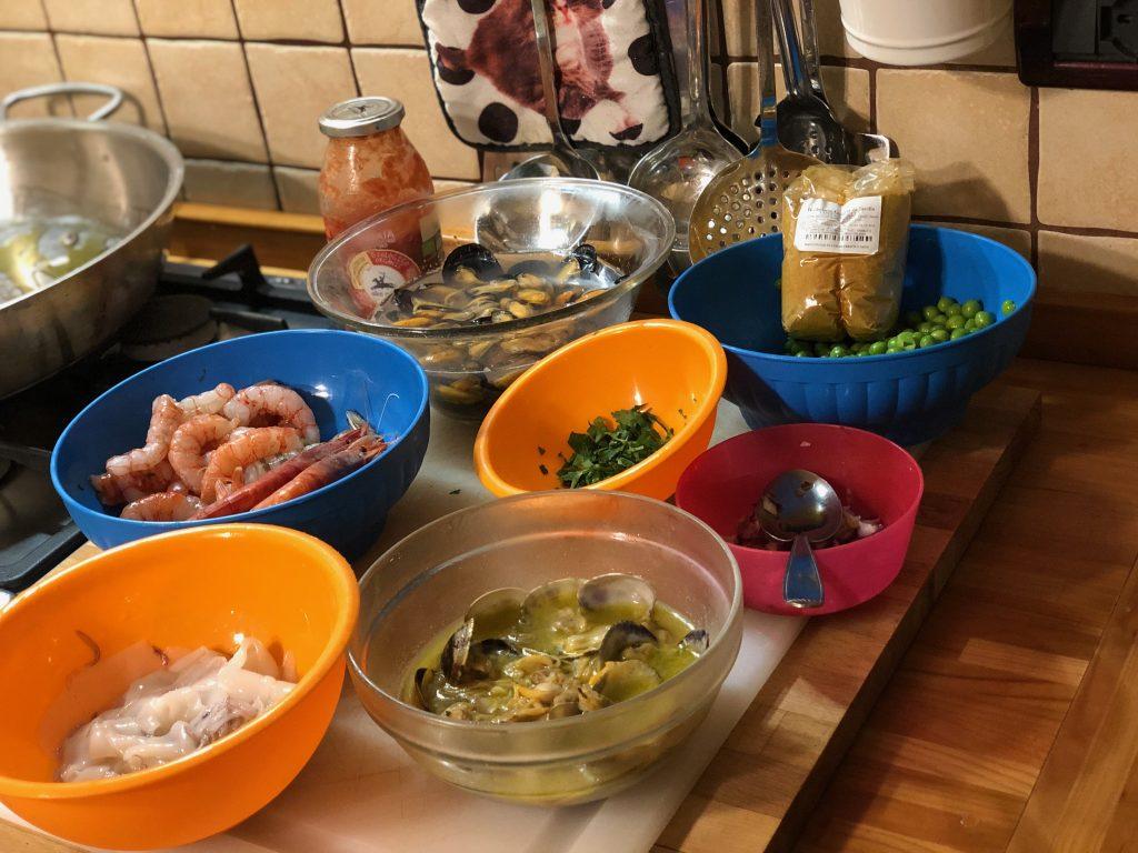 Cucinare in quarantena, come preparare la paella a casa, storia della paella, trevaligie