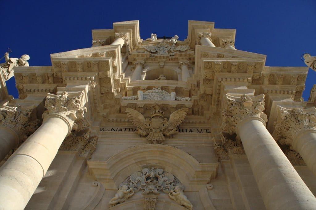 Il Duomo di Siracusa è uno degli edifici più belli ed eleganti che abbia mai visto in Italia.
