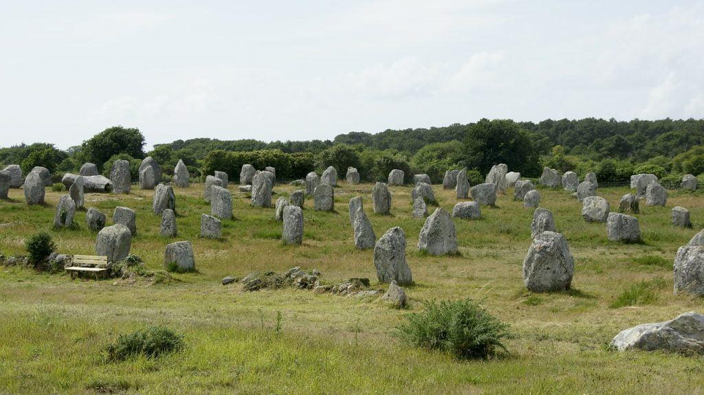 Secondo alcune leggende i Menir erano colonne votive, dedicate a defunti illustri o a Divinità.