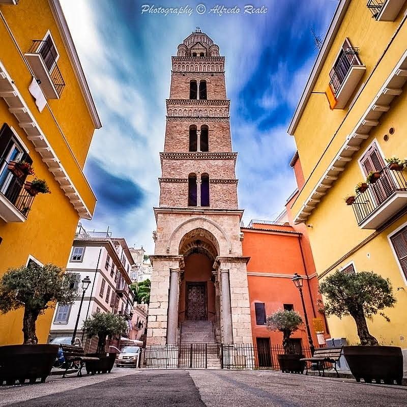 Il Campanile del Duomo di Gaeta Si ala imponente nel quartiere medievale. Foto di Alfredo Reale.