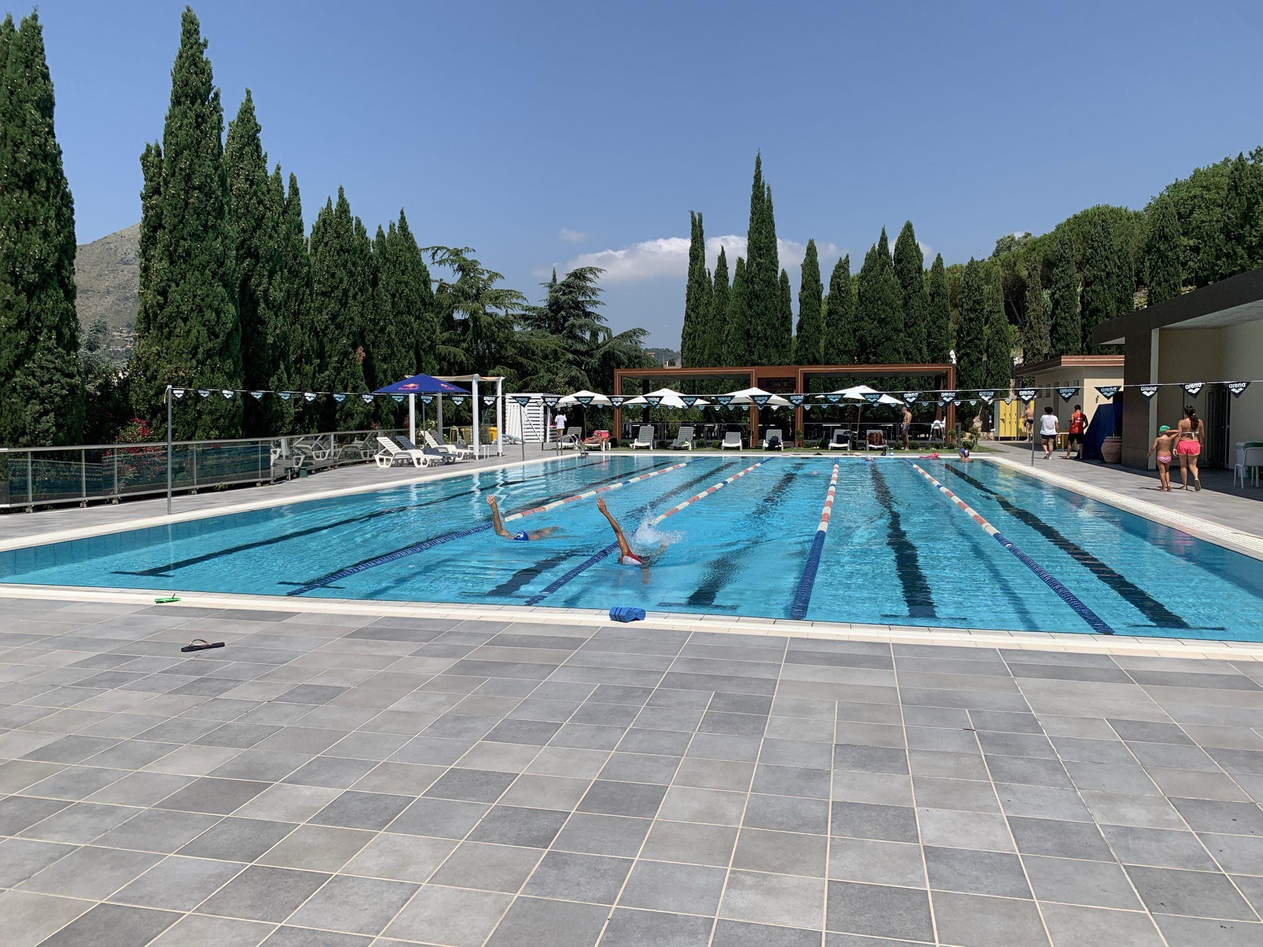 La piscina semi-olimpionica esterna del Centro Sportivo XXV Ponti, in cui praticare nuoto libero e le attività proposte.