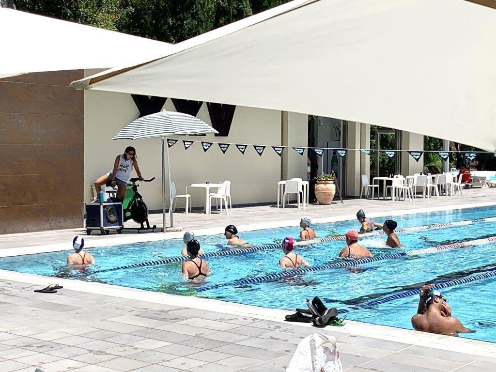 I corsi di fitness in acqua diventano ancora più attraenti se praticati all'aria aperta.