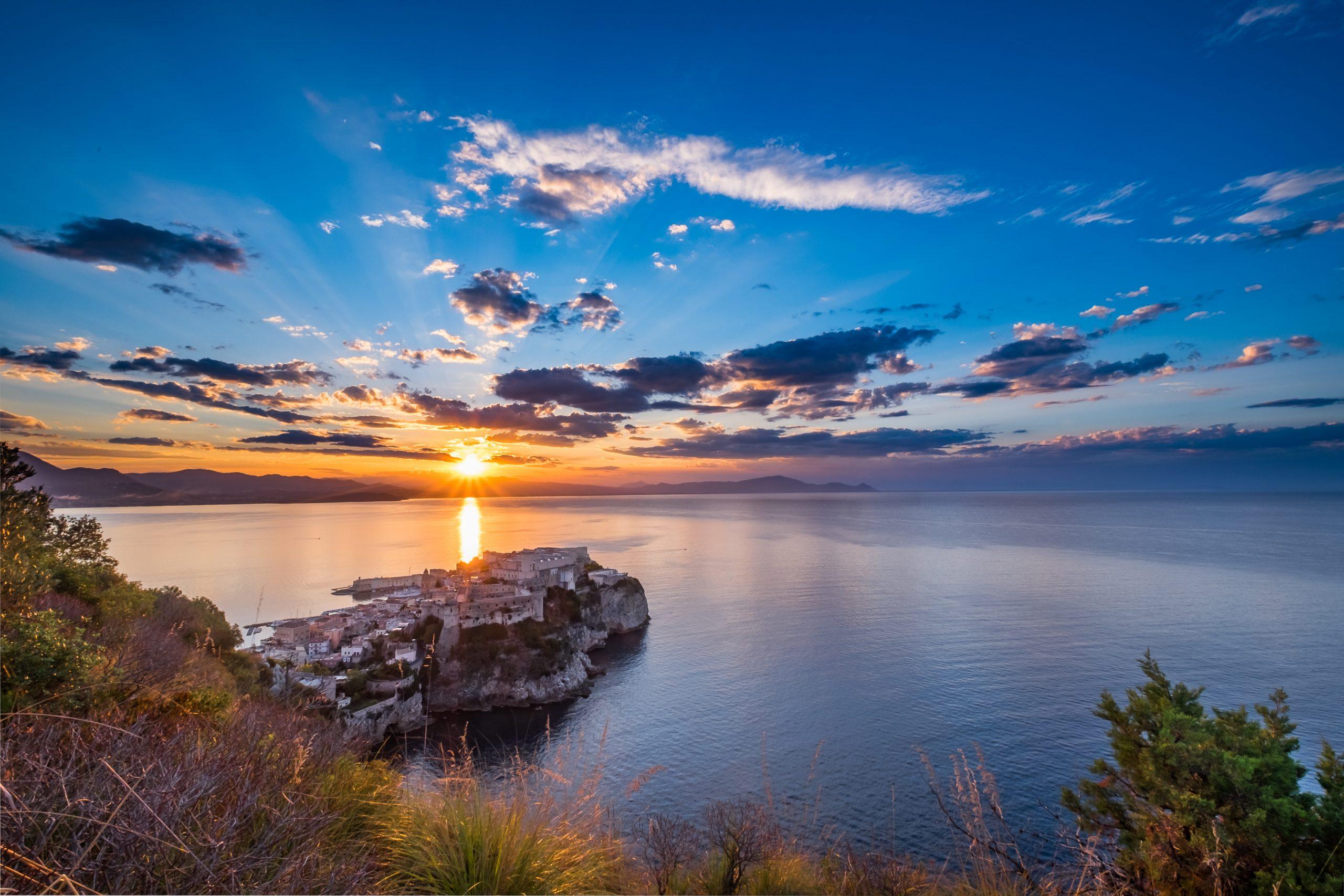 Alba sulla città di Gaeta. Foto di copertina di Alfredo Reale.