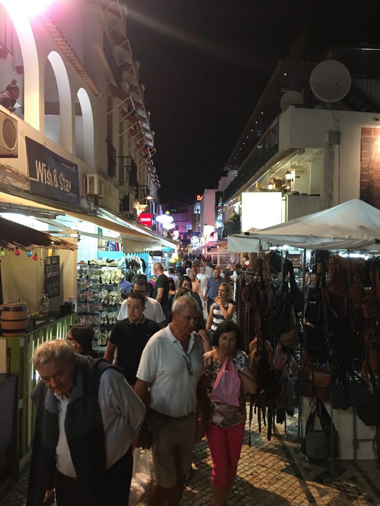 """Lungo """"The strip"""" numerosi sono i locali aperti ad ognni ora del giorno e della notte, sempre pieni di persone pronte a divertirsi."""