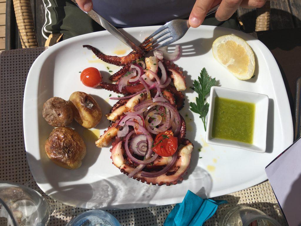 Il polpo da queste parti viene cotto in pentola e poi grigliato. A renderlo speciale un sughetto ottenuto soffrigendo aglio e cipolla con olio d'oliva col quale il polpo viene letteralmente impregnato.