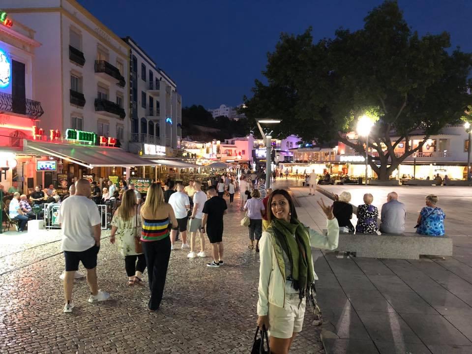 Il centro storico di Albufeira è sempre in fermento. Locali glamour Si alternano a ristorantini tipici, in un atmosfera perennemente festaiola.