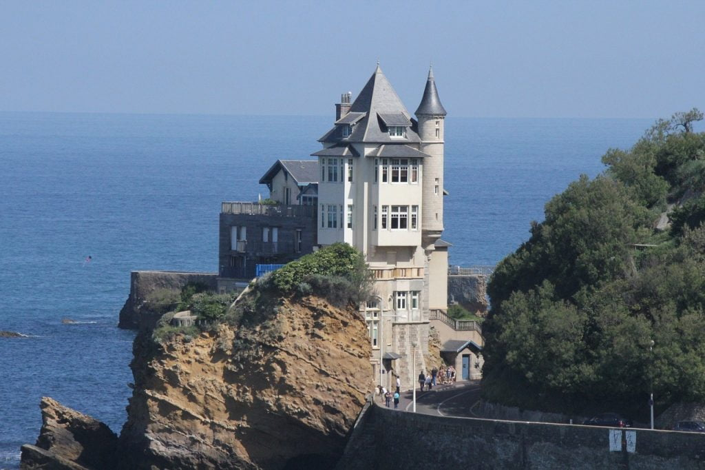 Villa Belza si trova a Biarritz, tra la costa basca e il Porto Antico. Questo imponente edificio è stato costruito nel 1895, incastonato nella roccia. Una villa molto amata dai turisti e dalla gente del posto.