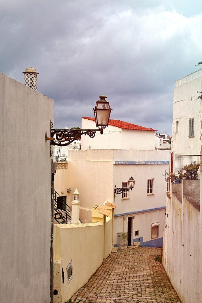 L'anima moresca di Albufeira Si concentra soprattutto per le viuzze del centro, tra facciate bianche e tetti rossi.