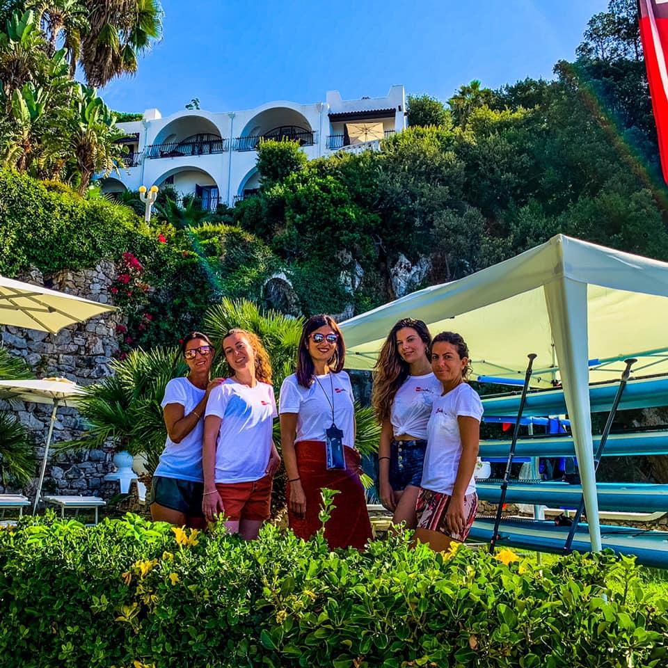 La delegazione di Travel Blogger Italiane in posa per il Sup Club del Grand Hotel Le rocce
