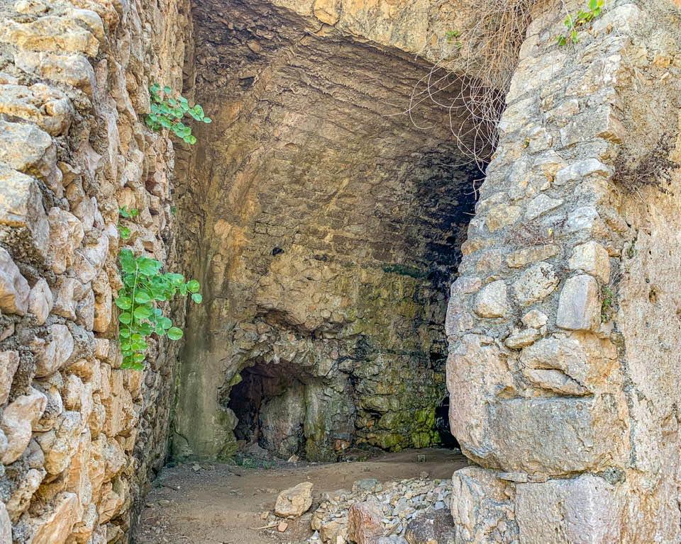 """Le """"grotte"""" della villa di Gneo Fonteo avevano canali dai quali veniva regolato il flusso dell'acqua, che andava negli impianti termali."""