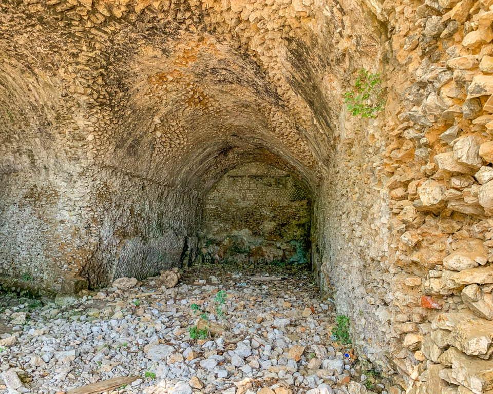 Le grotte della Villa romana di Gneo Fonteo pare fossero anche delle coperture per le imbarcazioni, una sorta di porticciolo privato.