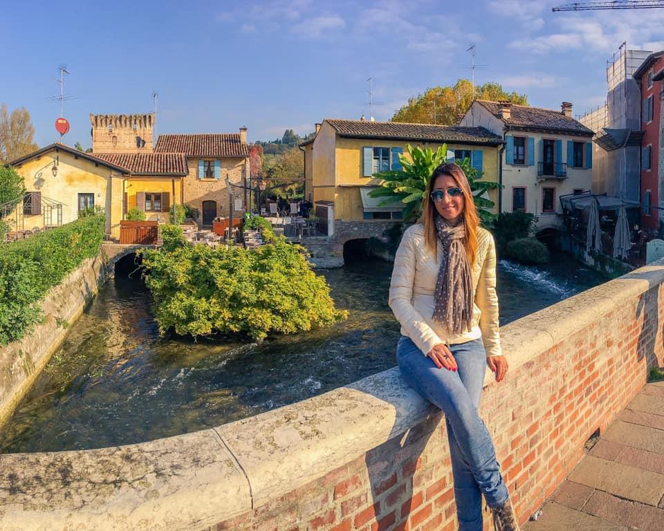 Borghetto sul Mincio si gira in un oretta, ma è piacevole intrattenersi nei deliziosi locali del centro o fermarsi a scattare bellissime foto negli angoli più caratteristici.