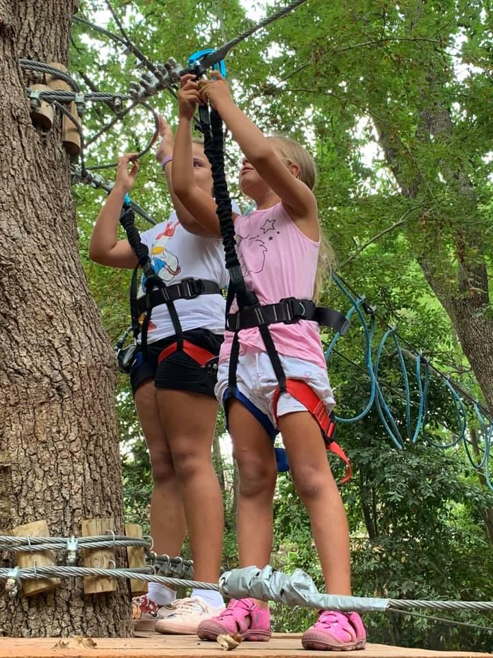 Grazie all'Associazione che gestisce il parco assieme al Parco regionale Riviera di Ulisse i bambini si divertono a fare i percorsi sugli alberi in tutta sicurezza.
