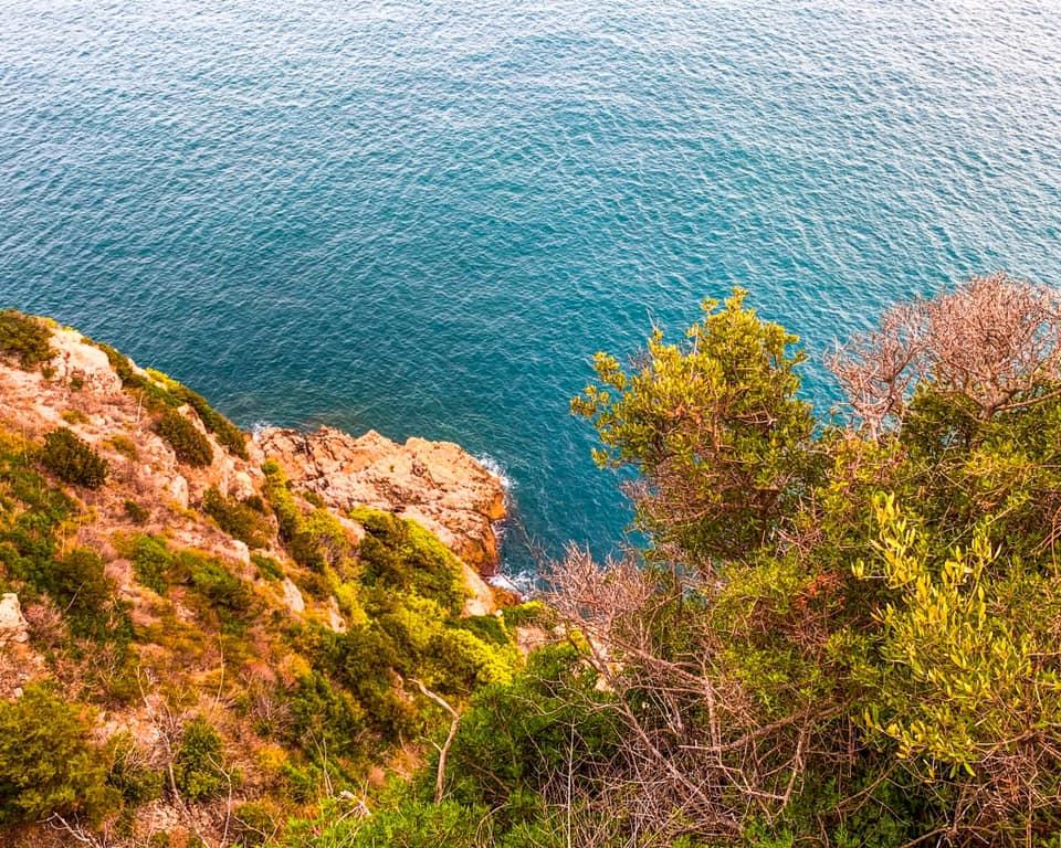 Dalle falesie a strapiombo sul mare Si ha una vista pazzesca su tutto il Golfo di Gaeta e sulle isole pontine. Con l'aria rarefatta è possibile vedere anche Ischia e il Vesuvio all'orizzonte.