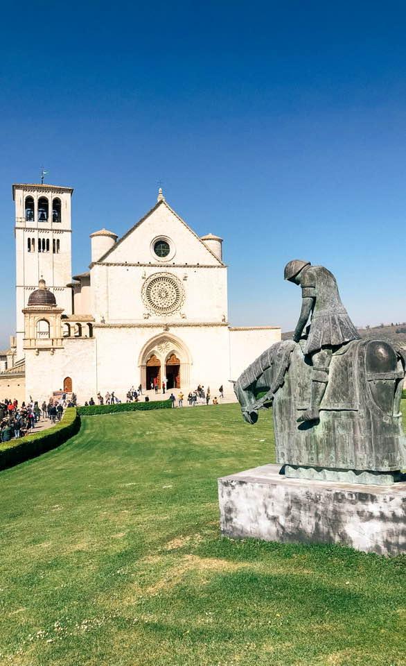 Il Santuario di san francesco è una delle basiliche più famose del mondo, soprattutto per le opere che custodisce al suo interno.