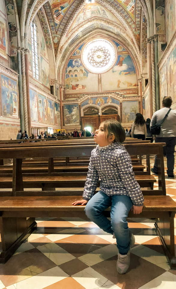 Anche i bambini rimangono estasiati dinanzi ali meravigliosi affreschi custoditi nella Basilica di San Francesco ad Assisi.