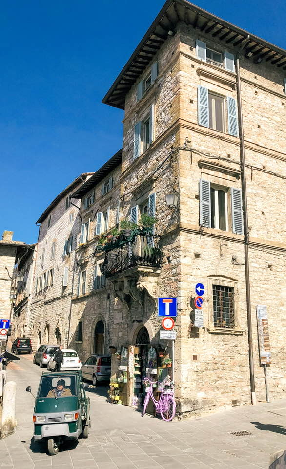 Colori caldi e accoglienza sublime fanno di Assisi uno dei paesi italiani più famosi all'estero.
