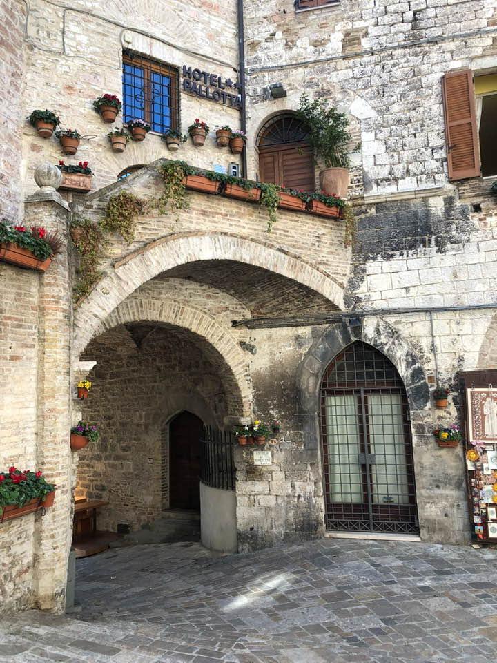 Assisi è una località da vivere lentamente, assaporando ogni angolo e camminando con il naso all'insù.