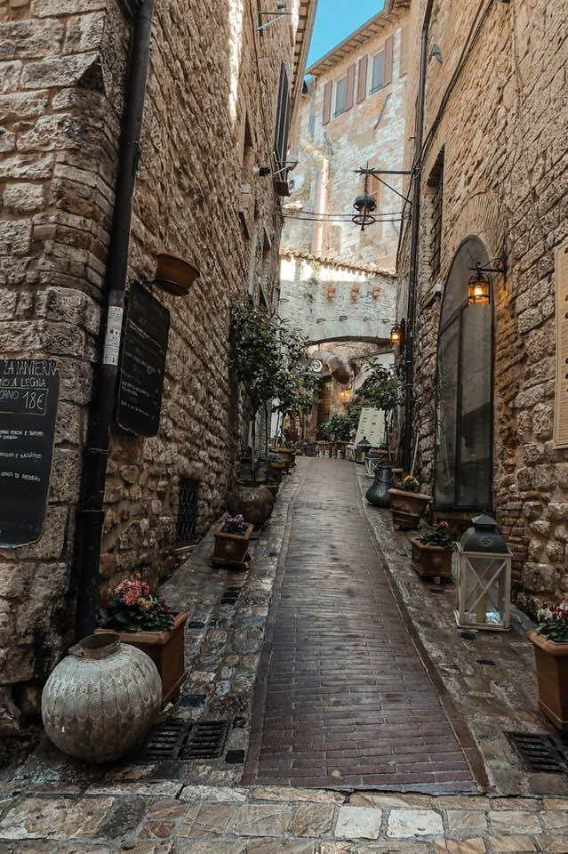 Assisi è un borgo carico di spiritualità, con scorci di raro splendore.