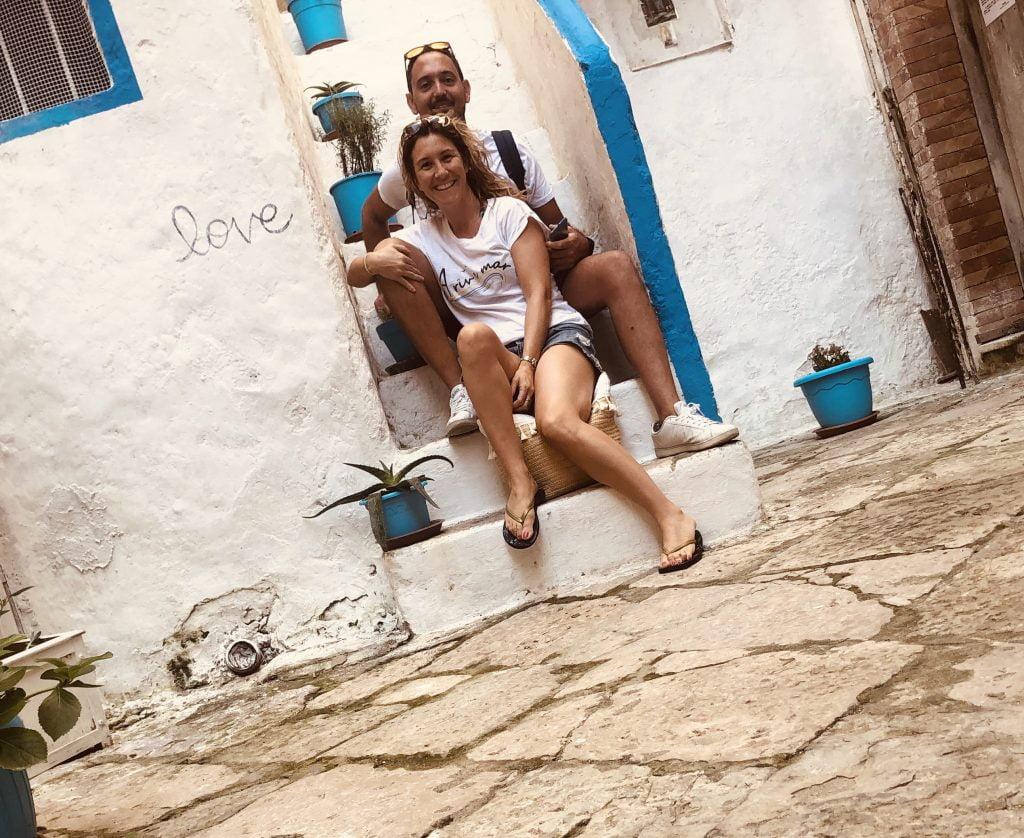 Fabrizio e Viviana in posa sulla caratteristica scalinata de La casa del Pescatore a Gaeta, dopo aver terminato i lavori di riqualificazione.