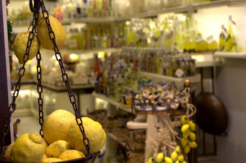 I limoni sono onnipresenti nella Costiera Amalfitana, e sono i protagonisti di ogni tipo di souvenir.
