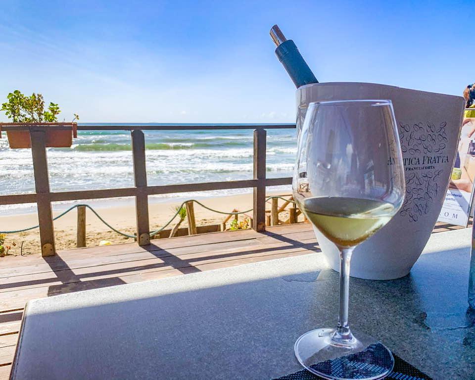 Mareduna è uno stabilimento balneare a gestione familiare, con un delizioso ristorante con vista panoramica e piatti tipici locali.