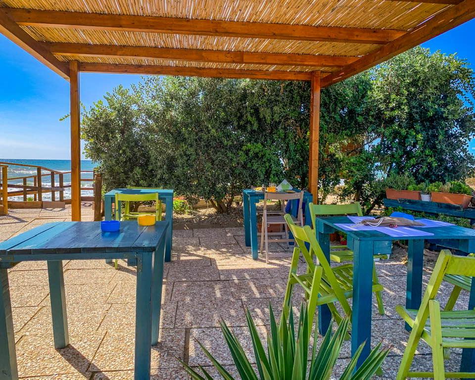 Da Mareduna si respira sempre un atmosfera vacanziera, fatta di relax e colorati angoli in cui sorseggiare vino fresco.