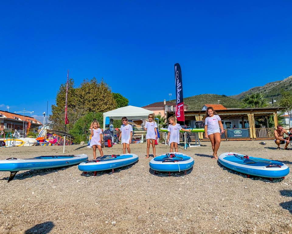 Sono stati tantissimi i bambini accorsi presso lo stand RedpaddleCo per provare il paddleboard con l'istruttore della Scuola SUP del Grand Hotel le rocce.