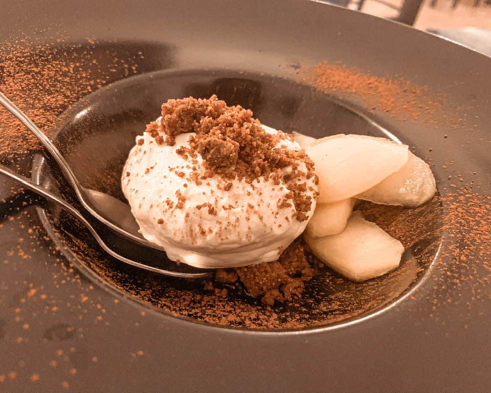 Un tripudio di dolcezza la mousse al mascarpone, con crumble salato e mela cotta, profumato alla cannella.