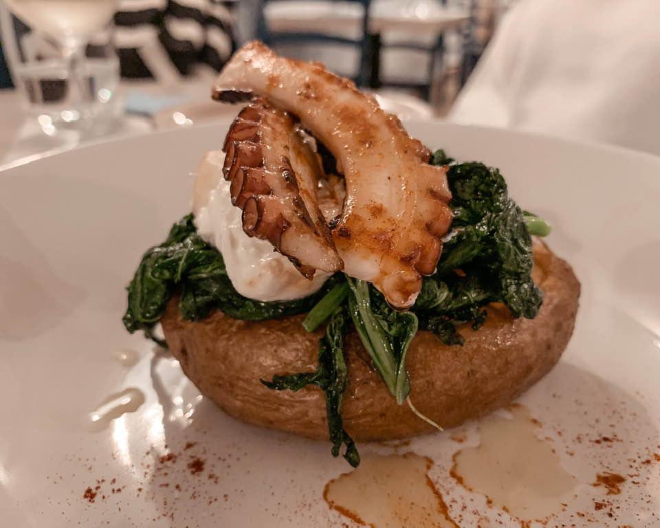 La Baked potato con trancio di polpo aromaticcato alla paprika affumicata, con broccoletti locali e burrata pugliese.