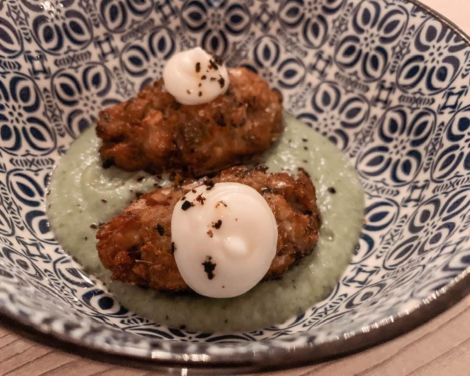 Panzarotto di alici su crema di zucchine, con besciamella al pecorino, pepe e peperoncino affumicato.