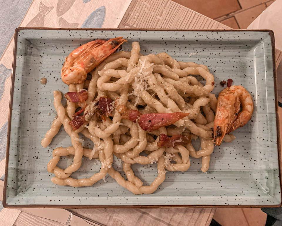 La busiata è un formato di pasta siciliano, condita con un pesto di paccasassi, un finoccheitto che cresce sugli scoglie del mare. la mazzancolle sono accostate a prodotti di terra, come il guanciale croccante e il cacio stagionato.