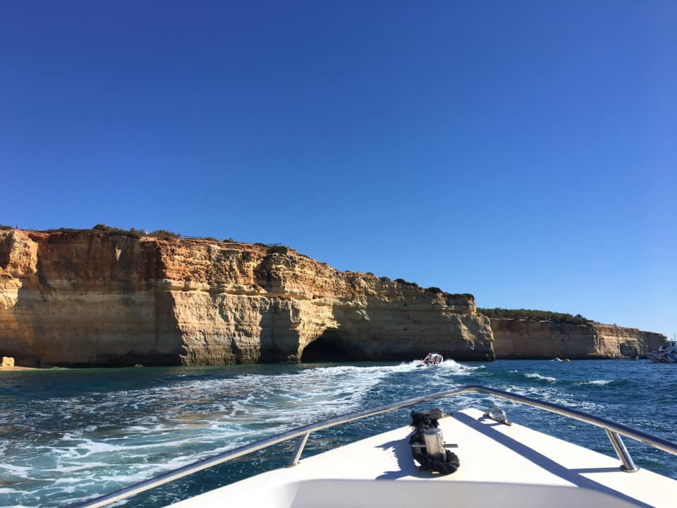 La bellissima costa dell'Algarve vista dal mare è davvero strepitosa. le falesie a strapiombo sull'oceano sono vere e proprie opere d'arte, scolpite dal vento e dal mare.