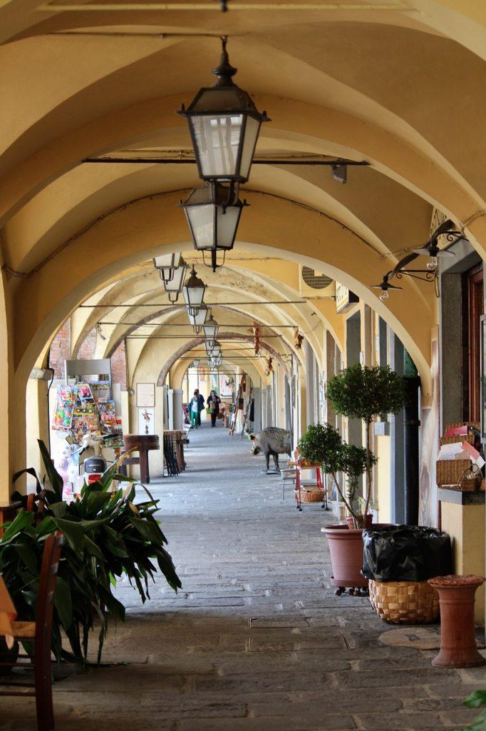 I portici di Greve in Chianti sono punto d'incontro delle persone del borgo, e sono pieni di osterie e botteghe tipiche in cui fermarsi a comprare deliziosi souvenir, anche gastronomici.