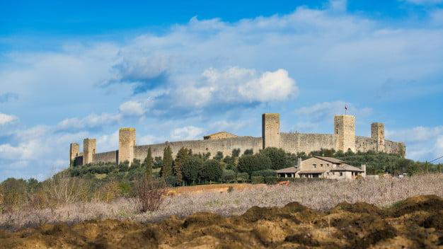 Monteriggioni è un borgo medievale circondato da mura e torri, in cui passeggiare con i bambini in un atmosfera d'altri tempi.