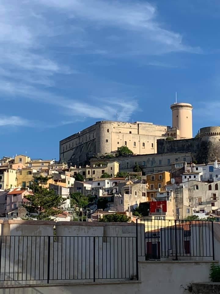 I Bastioni La Favorita erano collegati tramite un imponente ponte di ferro al Palazzo Reale. Vista sul castello Angioino Aragonese dalla terrazza dei Bastioni.