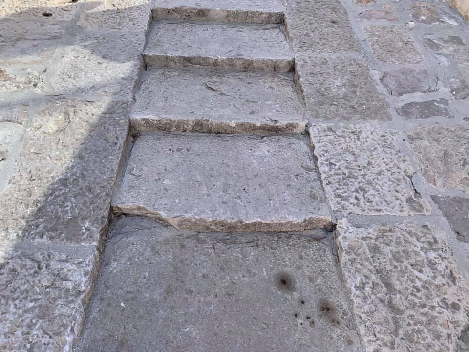 La salita ai Bastioni La Favorita viene dotata di scalinate. Questo per favorire la salita e la discesa degli animali da soma che trainavano carri carichi di munizioni, evitando loro di scivolare sul terreno.