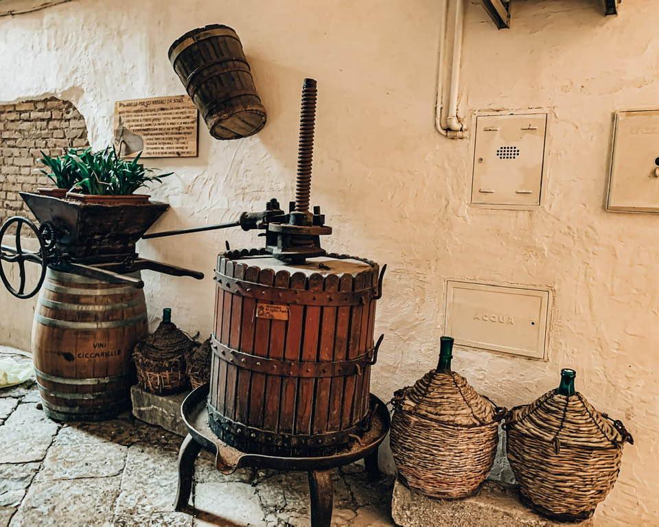 Il piccolo museo del vino a Gaeta, in via dell'Indipendenza. Qui pare ci fosse una cantinella vinicola, dove i cittadini del borgo potevano acquistare giare di vino locale.