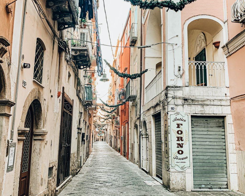 Via dell'Indipendenza è il cuore pulsante della città di Gaeta. qui Si concentrano le botteghe artigianali, le casette caratteristiche con le facciate colorate e il via vai degli abitanti è sempre attivo e frizzante.