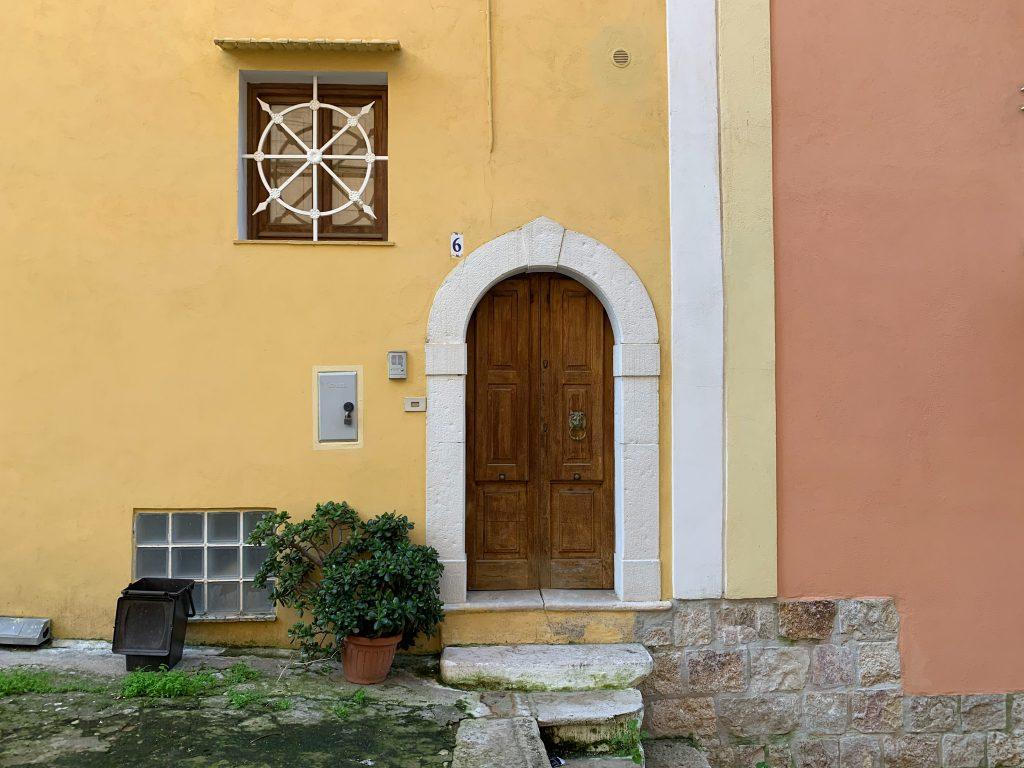 Ai lati della salita degli scalzi fanno bella mostra di se gli autentici portoncini in legno, tipici della storia del borgo di Gaeta.