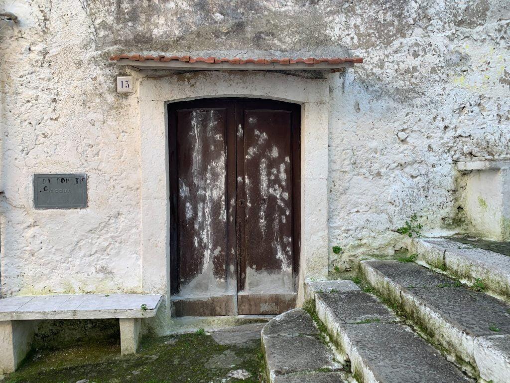 Alcuni portoncini della salita degli Scalzi non hanno subito modifiche nel tempo, rimanendo ancorati al passato nella struttura e nella composizione.