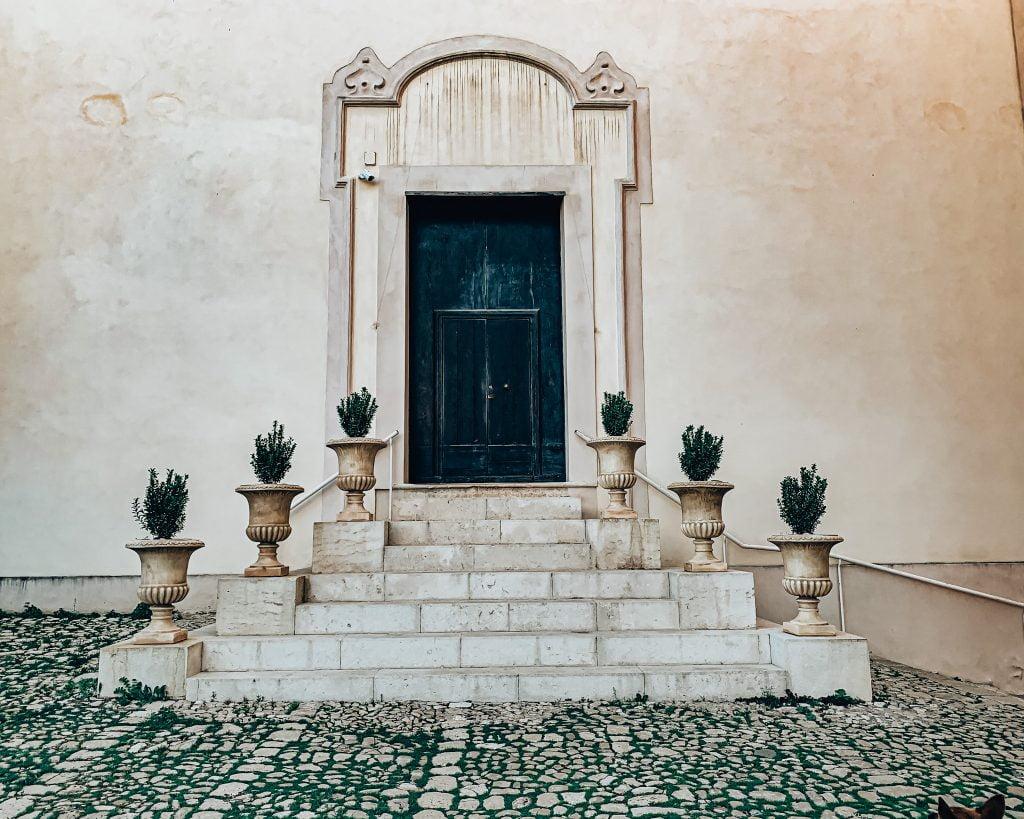 In cima alla salita degli Scalzi Si nota subito la candida facciate, umile e semplice nella sua fattura, della chiesa della Madonna di porto Salvo, icona particolarmente cara alle persone del borgo.